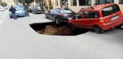 Maxi voragine a Roma : in bilico auto in sosta | VIDEO