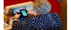 La premier norvegese Erna Solberg beccata a giocare a Pokemon Go in Parlamento