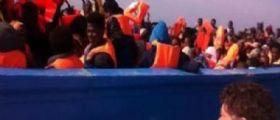 Sicilia, migliaia di migranti salvati su 14 barconi alla deriva in Libia : Arrivano i soccorsi europei