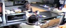 California | Rapinatore entra nel negozio con una parrucca bionda: Le commesse gli ridono in faccia