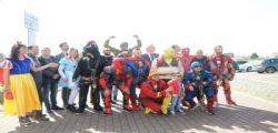 I Supereroi acrobatici che dal cielo hanno salutato i bimbi ricoverati