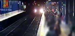 Donna gettata sotto la metro a Roma : Video telecamere di sorveglianza