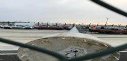Venezia, altro crollo a causa del forte vento: Cade una torre faro su un parcheggio