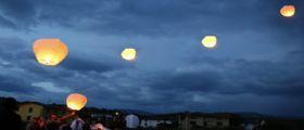 Pontecagnano, ragazzi festeggiano compleanno sulla spiaggia lanciando lanterne cinesi : Lido a fuoco