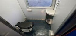 Orrore nel bagno del treno! Aprono la porta e trovano cadavere di un uomo