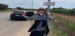 Spero che qualcuno mi raccatti! Loredana Bertè fa l'autostop in Puglia