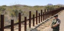 Donald Trump firma il decreto esecutivo per il muro al confine con il Messico