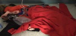 In ospedale non ci sono letti! Il piccolo è costretto a dormire su un capotto sul pavimento