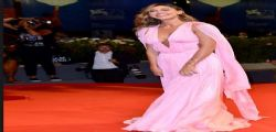 Belen Rodriguez scollatissima sul  red carpet a Venezia