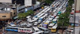 Caracas : Autisti autobus bloccano strade per protestare contro la crisi economica