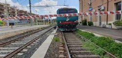 Si inginocchia sui binari e attende l'arrivo del treno regionale