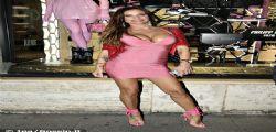 Scollatura e seno esagerato! Antonella Mosetti fa girare la testa