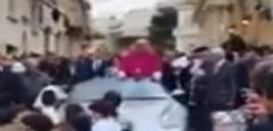 Che strana tradizione! Il nuovo arcivescovo festeggia in piedi su una Porsche trainata da 50 bambini