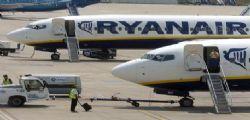 Ryanair cancella 600 voli : caos per chi deve partire per le vacanze