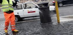 Sesso con le prostitute nell'auto di servizio! Sospeso il capo dei netturbini a Roma