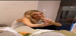 Chiara Ferragni ubriaca! Fedez scherza con la moglie e lei gli mostra il dito medio