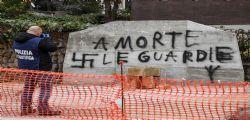 La lapide commemorativa di Aldo Moro imbrattata con svastiche a Roma
