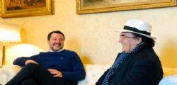 Sta facendo un grande lavoro per gli italiani! Al Bano canta con Matteo Salvini