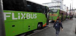 Partorisce su un Flixbus e l'aziende di trasporti regala alla bimba viaggi gratis fino a 18 anni