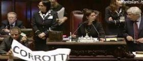 Imu-Bankitalia | Botte, scontri e feriti alla Camera : Deputato schiaffeggia grillina