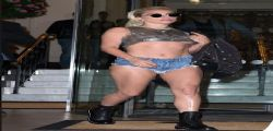 Lady Gaga in shorts inguinali e quasi topless a Londra