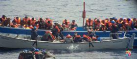 Canale di Sicilia : Salvati seimila migranti in un solo giorno - Nove morti durante la traversata