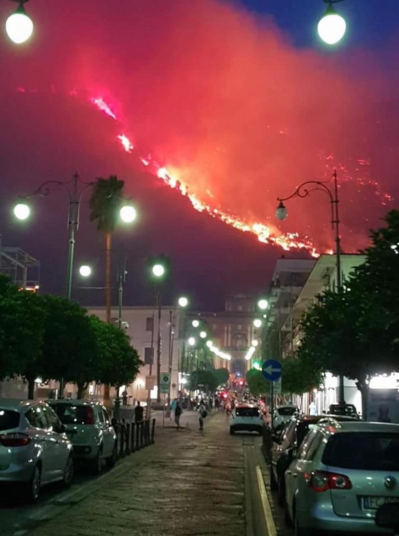 Incendio terrorizza città  Cittadini evacuati e scuole chiuse |  la situazione