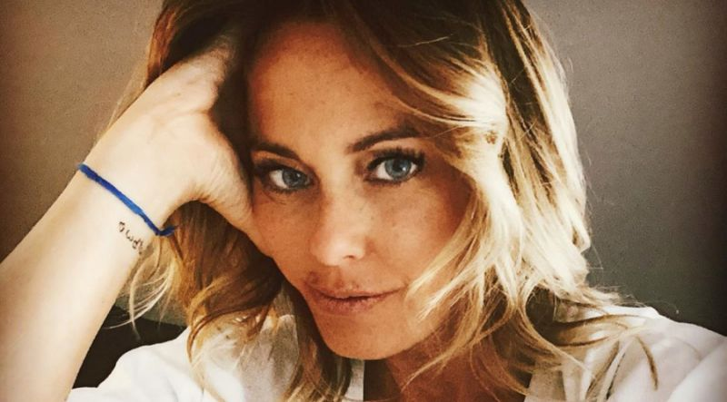 Sonia Bruganelli... La moglie di Paolo Bonolis si tuffa in mare con i vestiti