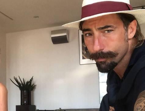 Vittorio Brumotti salva un cane abbandonato su un terrazzo con l' aiuto dei pompieri