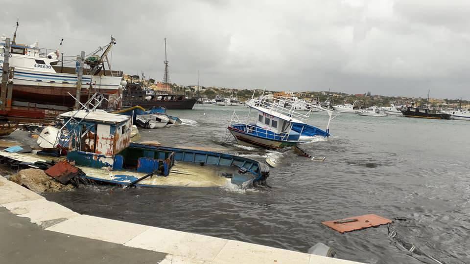 Il gasolio dei barconi in mare: Disastro per tutta Lampedusa