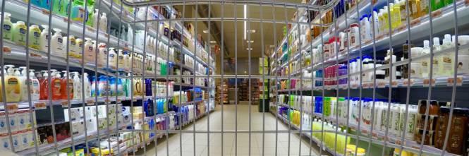 Ladre romene rubano al Carrefour e nascondo refurtiva nel pa