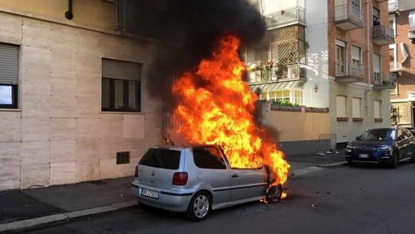 Parcheggia e si allontana! Dopo pochi minuti l'auto è avvolta dalle fiamme