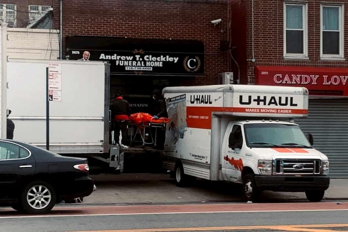 Cento cadaveri in due camion : Il ritrovamento fatto dalla polizia di New York.