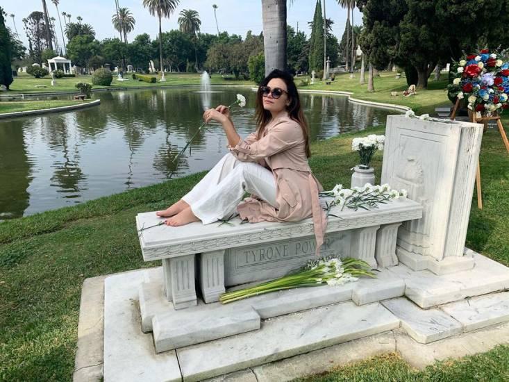 Romina Carrisi sulla tomba del nonno Tyrone Power. Scatta la polemica