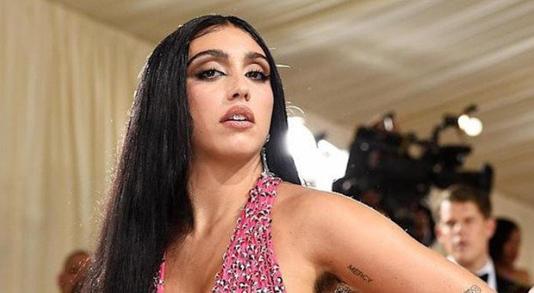 La figlia di Madonna insultata per i peli sotto le ascelle