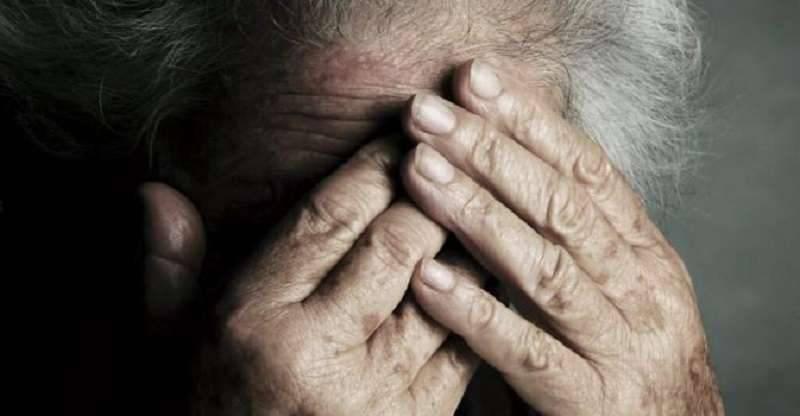 Stranieri pestano anziana durante rapina: naso e polso fratturati