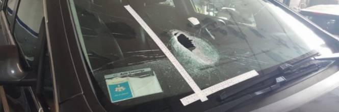 Roma, rom tirano sassi contro le auto in transito per rapinare i guidatori