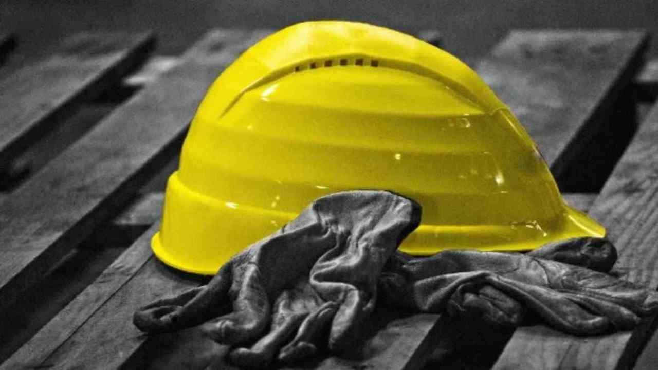 Incidente sul lavoro: cade da una scala su una recinzione e muore a Fino Mornasco