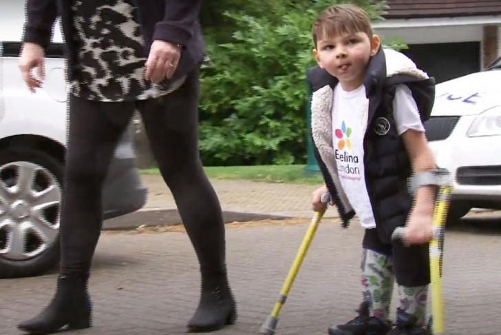 Tony Hudgell cammina per 10 km con le protesi e raccoglie oltre 1 milione per l
