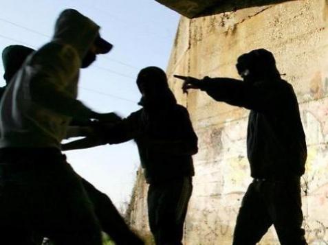 Reggio, rapinatori stranieri pestano 16enne: preso solo uno