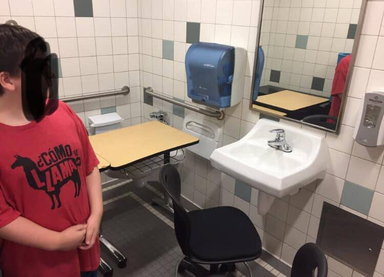 Bambino autistico fa lezione in bagno: la foto choc dagli Us