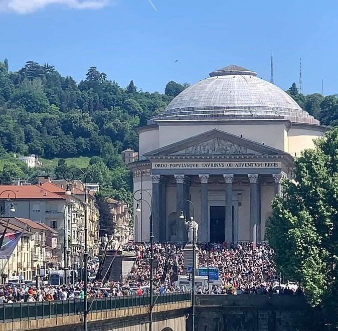 Frecce Tricolori, assembramento a Torino: così non sconfiggeremo mai il virus