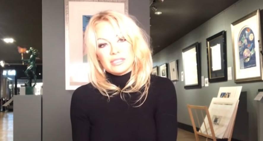 """Pamela Anderson: """"Julian Assange è stato torturato psicologi"""