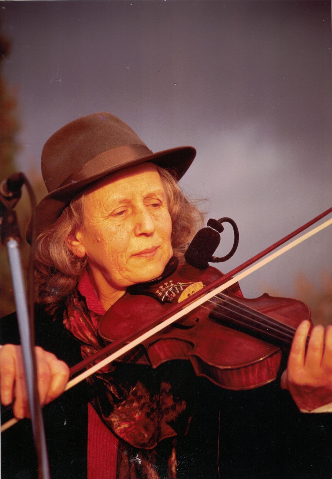 È morta Giulia Lorimer, voce e violino dei Whisky Trail