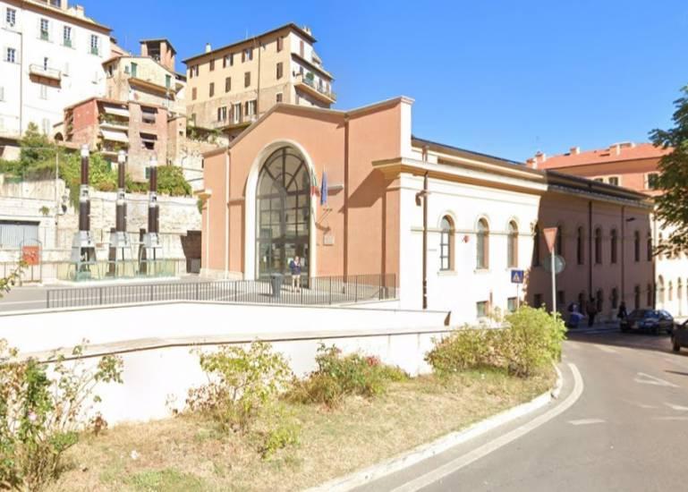 Perugia, romeni multati aggrediscono agenti: Razzisti, vi ammazzo