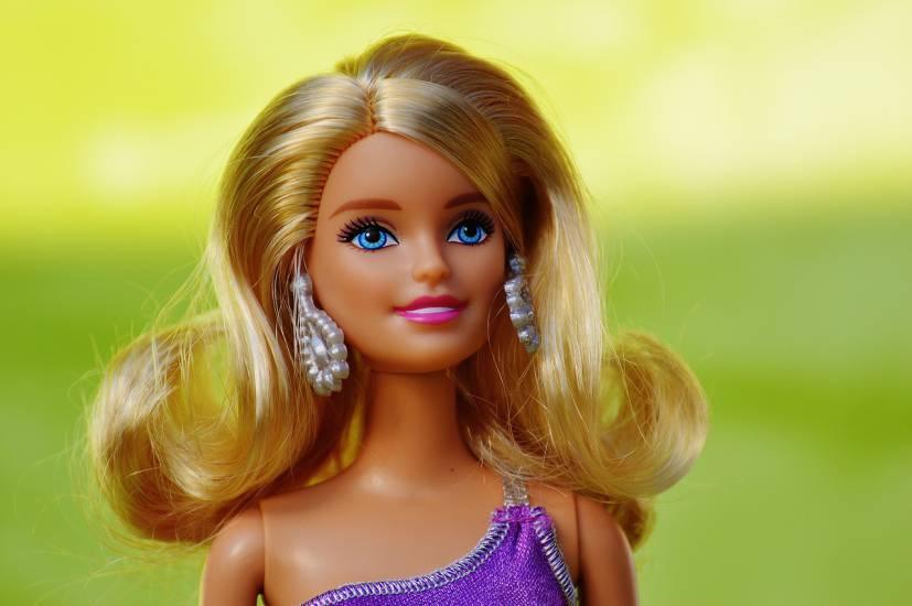 Barbie per i suoi 60 anni cambia aspetto: assomiglia a Kylie